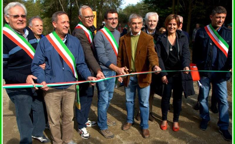 Inaugurazione Corona Verde Stura. Taglio del nastro con le autorità presenti. 24 ottobre 2015